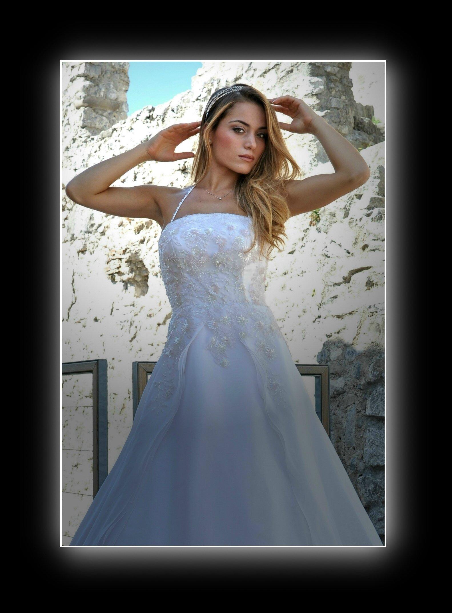 modella bionda vestita da sposa