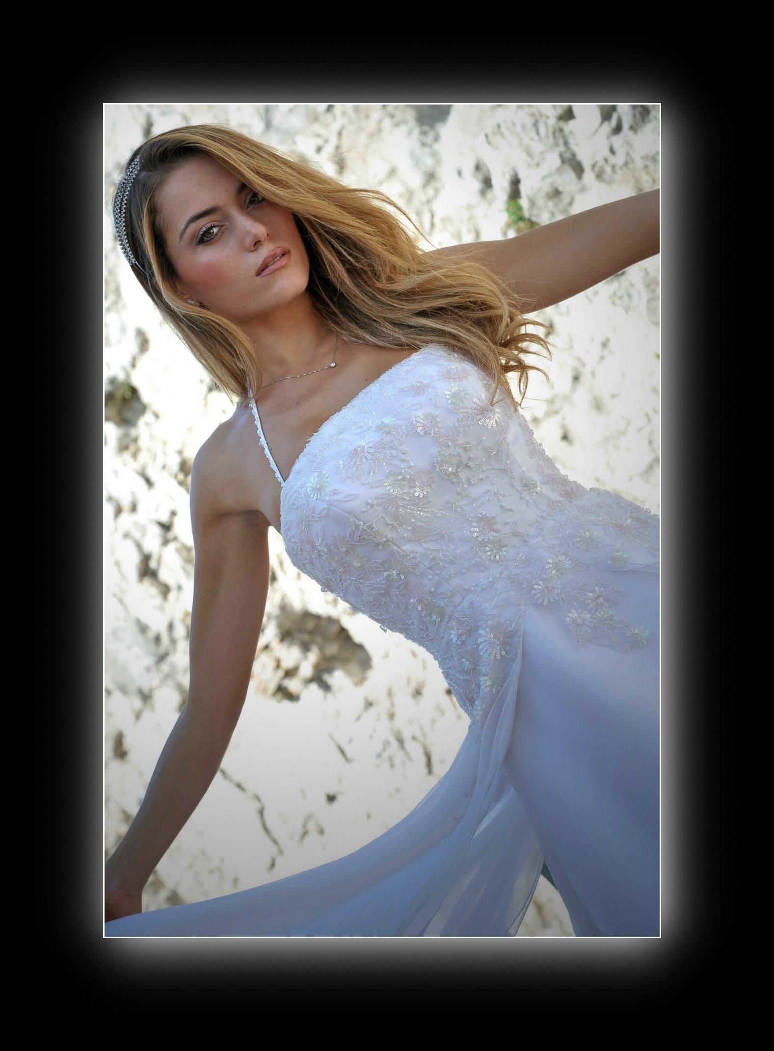 una modella bionda vestita da sposa
