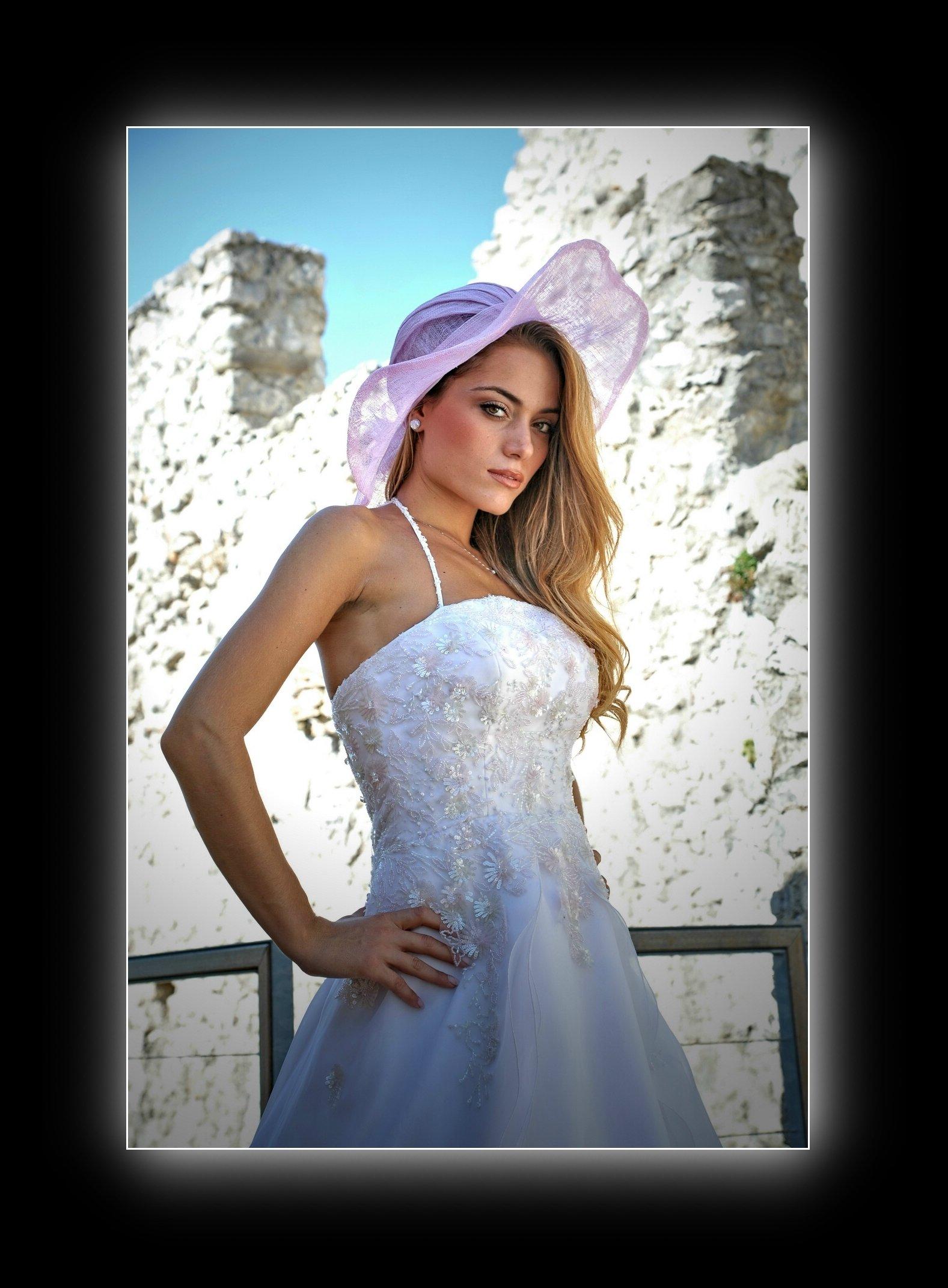 sposa con cappello rosa
