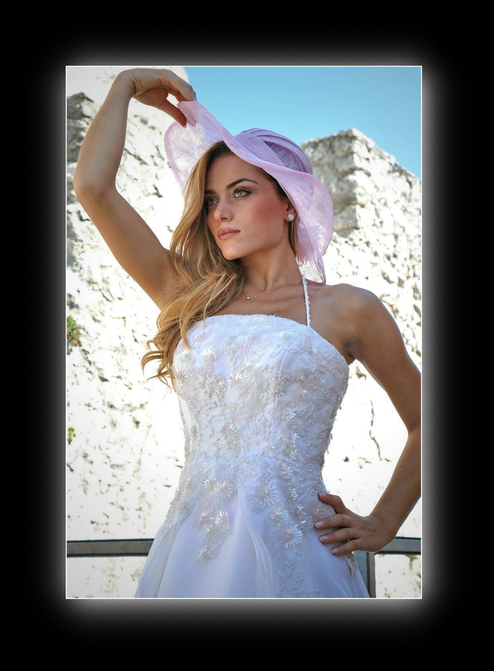 modella vestita da sposa con cappello
