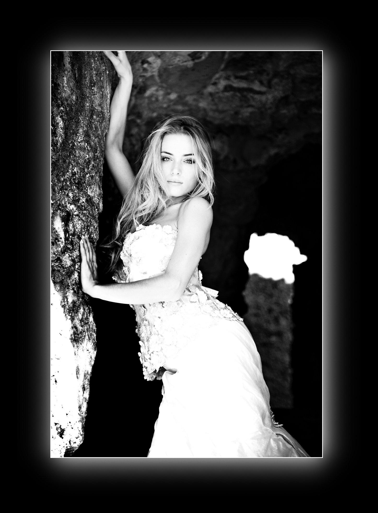 foto in bianco e nero di una sposa