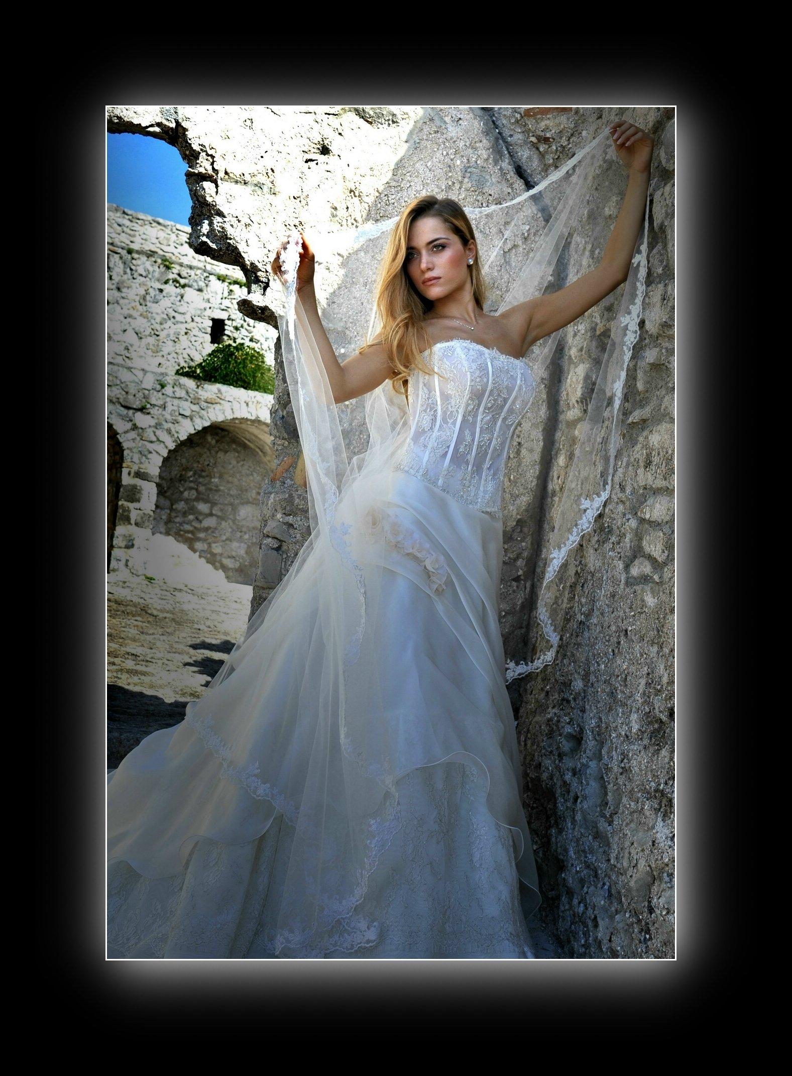 ragazza vestita da sposa in posa