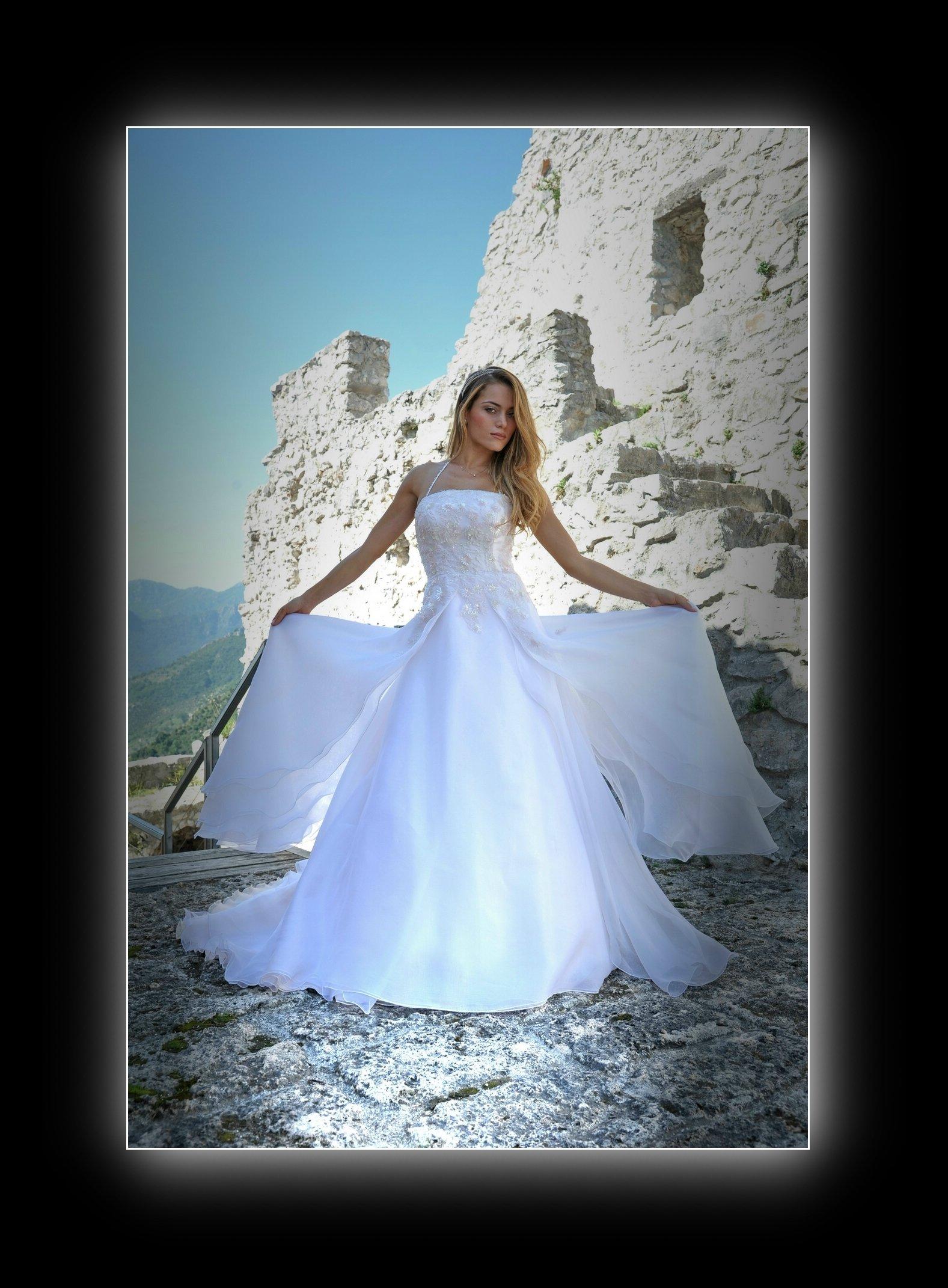 una sposa a braccia aperte
