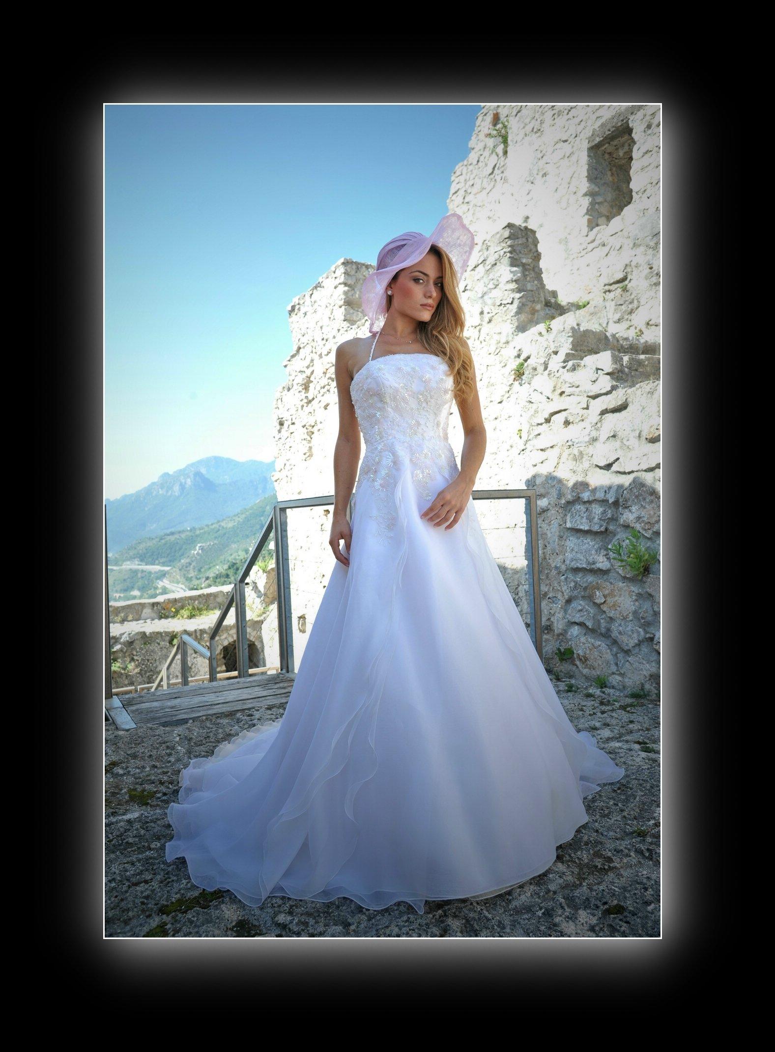 ragazza vestita da sposa