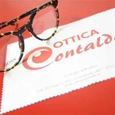 occhiali da vista su un tavolo rosso