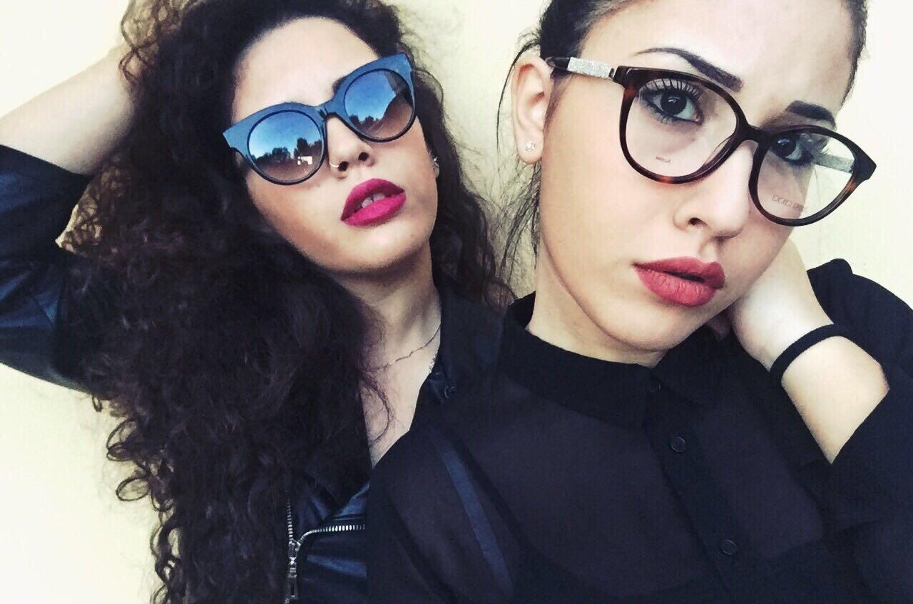 due modelle con occhiali all'ultima moda
