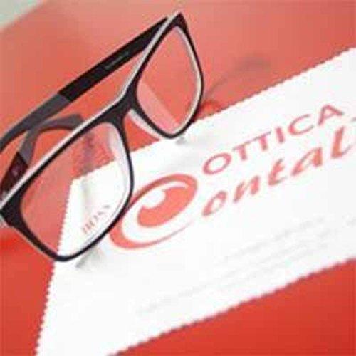occhiali da vista sul tavolo