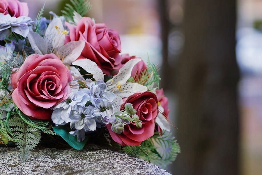 bouquet di fiori su una lapide