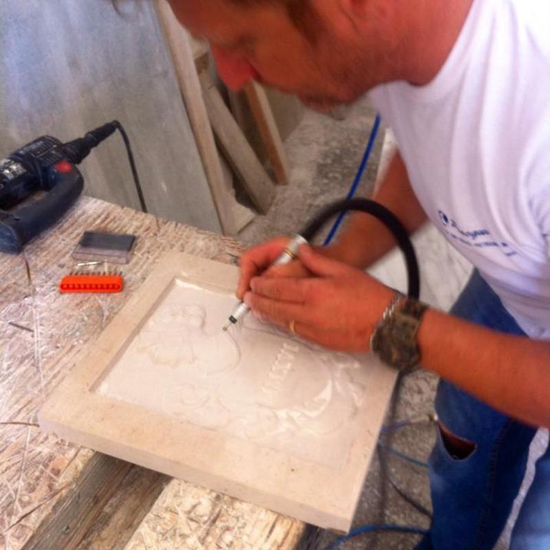Operaio compiendo un design in marmo