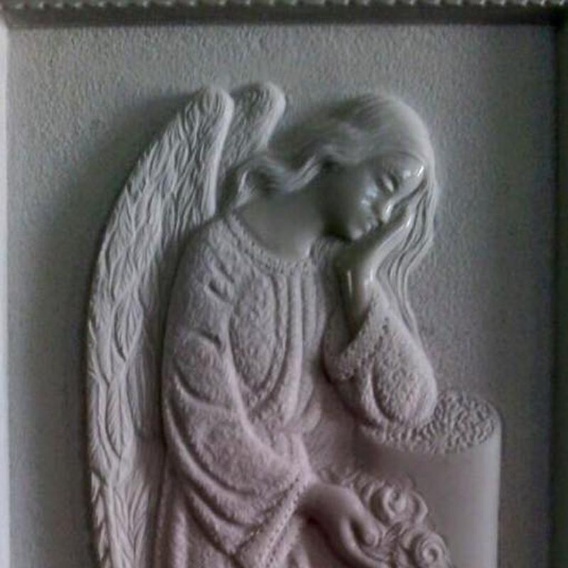 Evidenza di un angel reposando la testa sotto la mano mentre sostiene fiori nell'altra