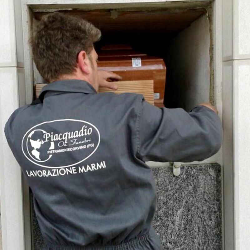 Operatore lavorando nella chiusura di una tomba
