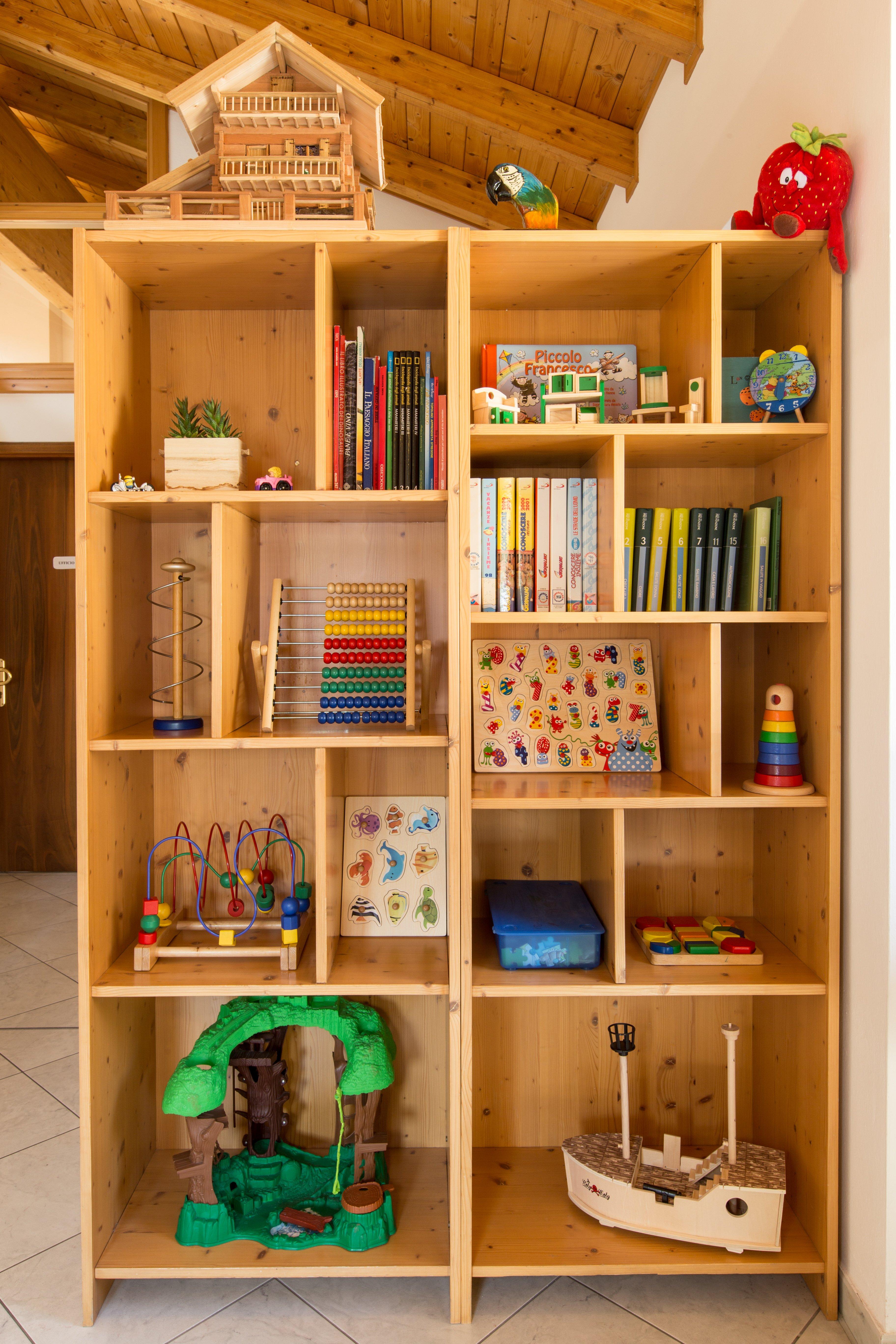 Libreria con giochi per bambini nello Studio Dentistico Benvegnù ad Arten, Belluno