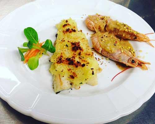 un piatto di filetto di pesce e gamberi