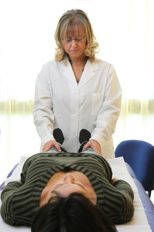 la terapeuta effetta un massaggio