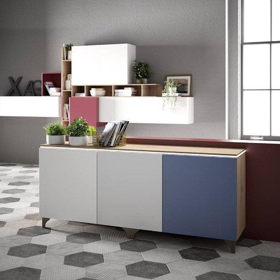 un mobile da cucina di color bianco e blu e una libreria moderna al muro