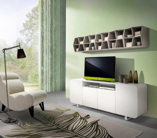 un mobile da tv di color bianco e sopra una libreria