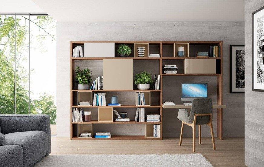 un mobile da libreria e scrivania in legno