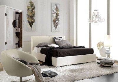 una camera con un letto di color bianco e sulla sinistra un armadio a due ante