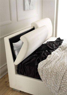 una testata di un letto con contenitore per i cuscini