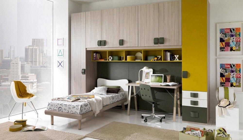 un letto singolo e dei armadi color verde e legno chiaro