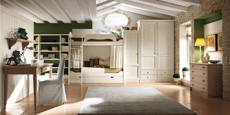 una camera con un letto a castello, un armadio in legno, una scrivania e un como