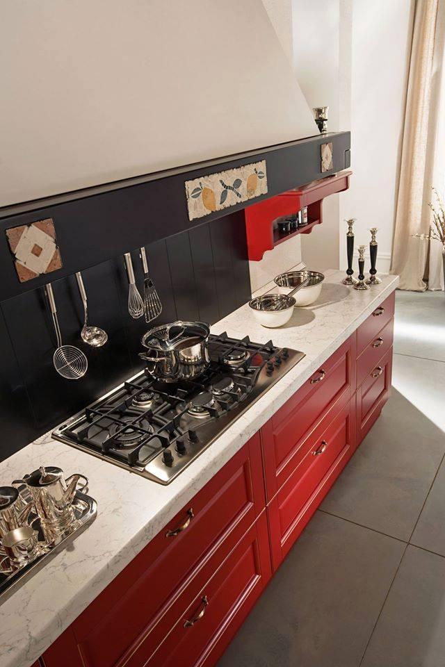 un mobile da cucina in legno di color rosso