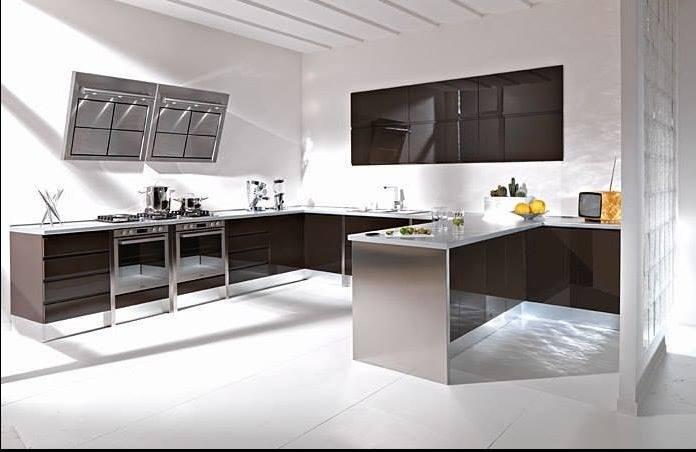 una cucina di color marrone scuro con la cappa moderna