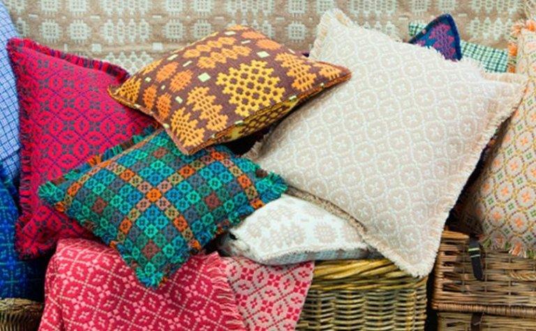 Cuscini con vari motivi e differente colori