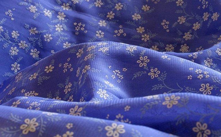 Fiori bianche su fondo lilla