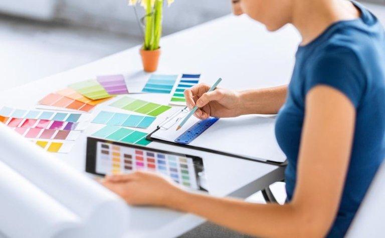 Giovane lavorando con i colori