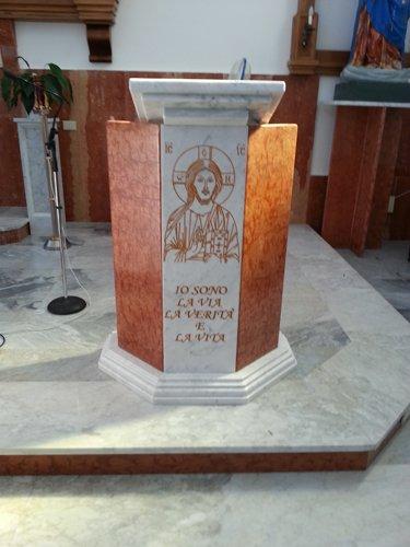 colonna con raffigurato gesu cristo