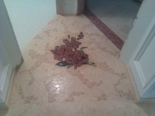 una disegno di fiore a pavimento
