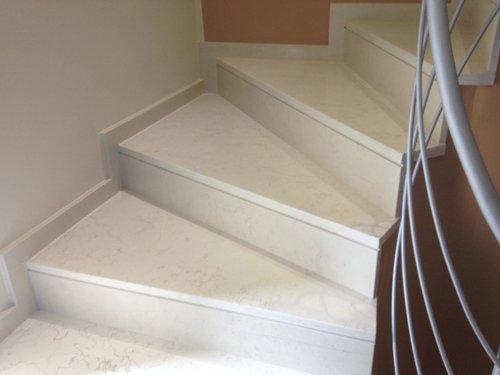 una scala in marmo bianco
