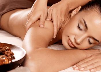 centro estetico, massaggi, donna, mani, massaggiatore