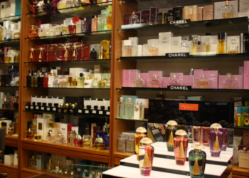 Parfümgeschäft, Parfümerie Ferrari, Regale, Kosmetikprodukte