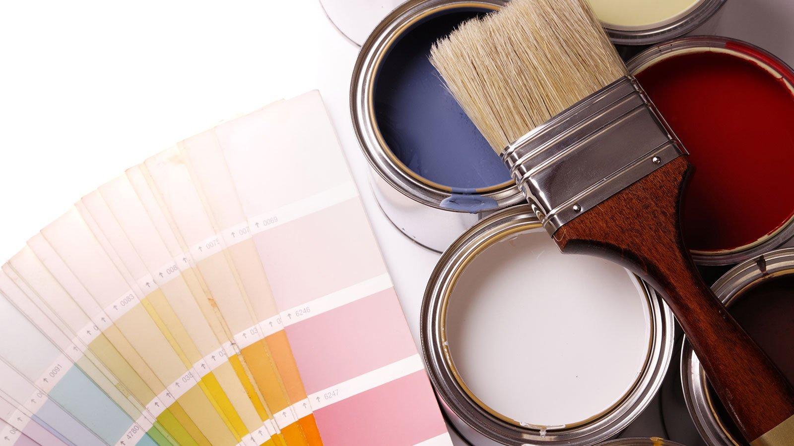Dei barattoli di vernice e un pennello