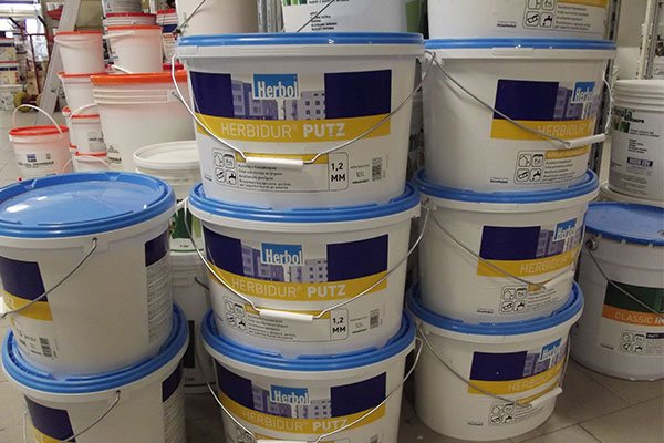 dei secchi con della pittura in un negozio