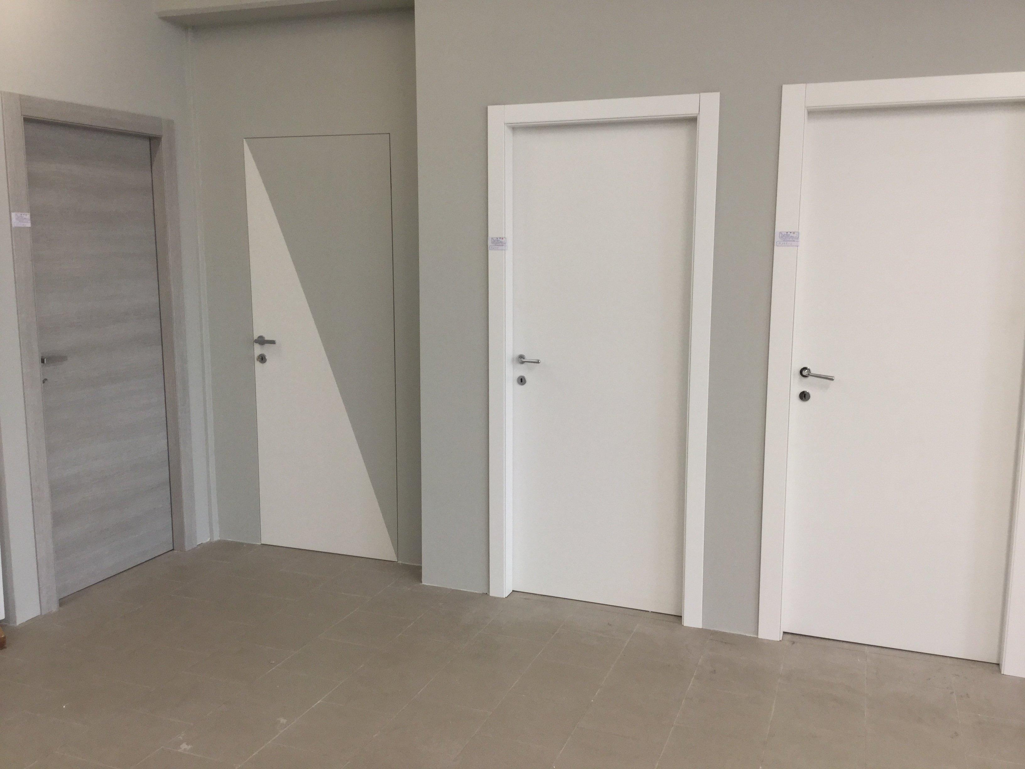 delle porte di color bianco e alcune beige