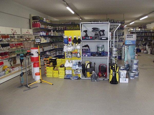 interno un negozio con trapani in esposizione e altro materiale