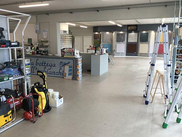 interno del negozio con delle scale di ferro e altri prodotti sulla sinistra