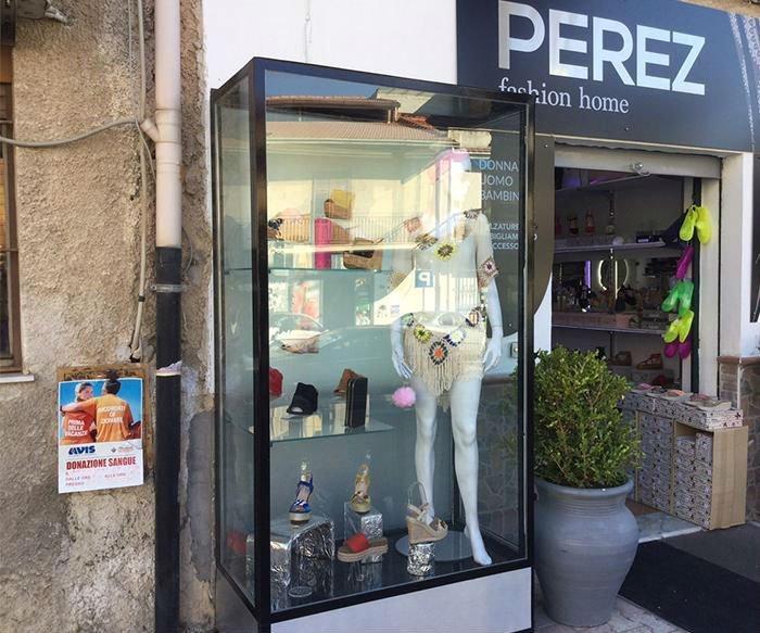 una vetrina all'esterno con delle scarpe fuori dal negozio Perez Fashion home