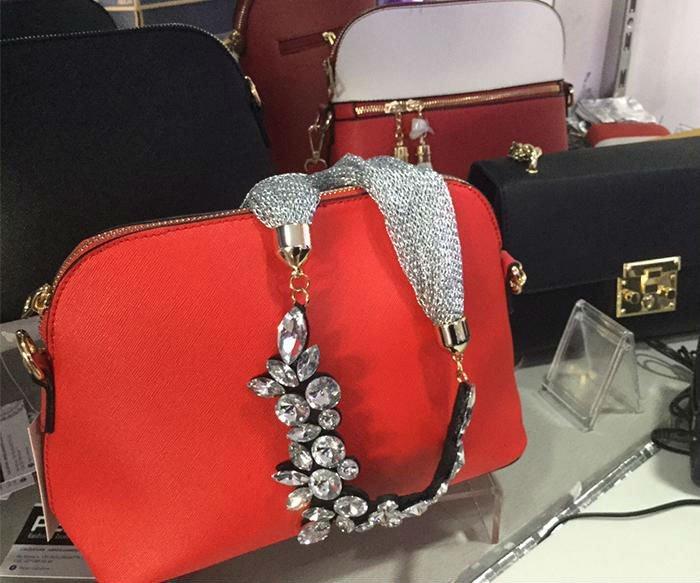una borsa rossa con un manico stile collana argentata