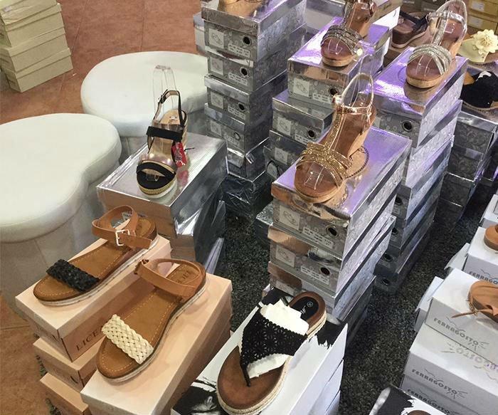 dei sandali di pelle marrone di diverse sfumature