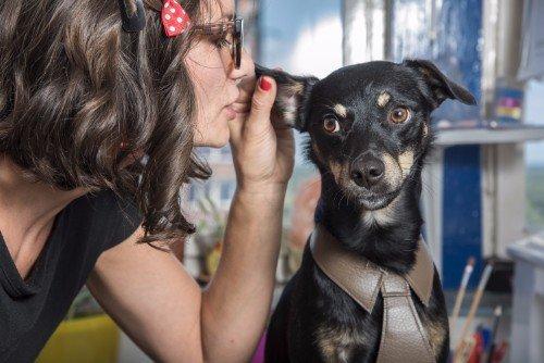 pandrona che sussurra all'orecchio di un cane