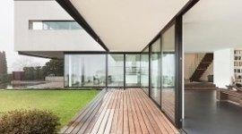 progettazione edifici residenziali, esterno di una villa con giardino, casa moderna