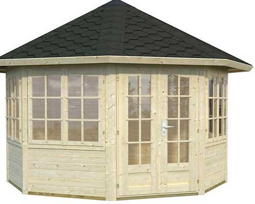 una casetta in legno con tante finestre