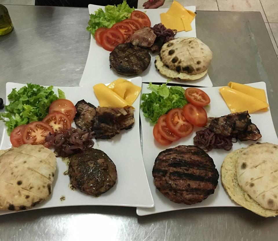 Hamburger con grigliata di carne, pane e verdure