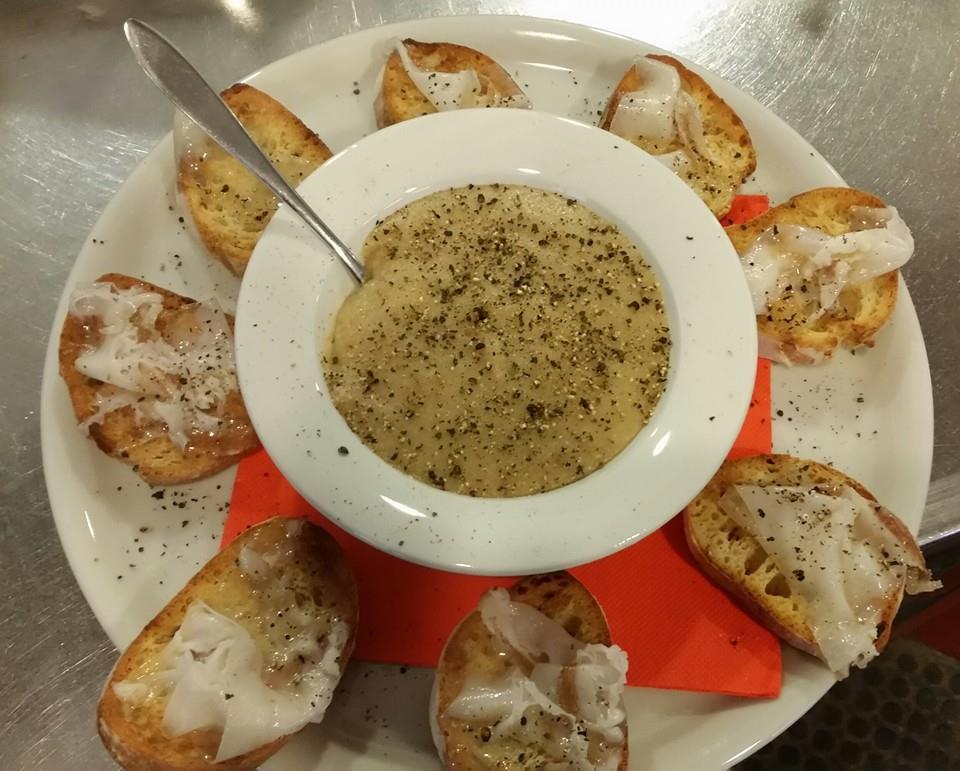 Zuppa e crostoni con lardo