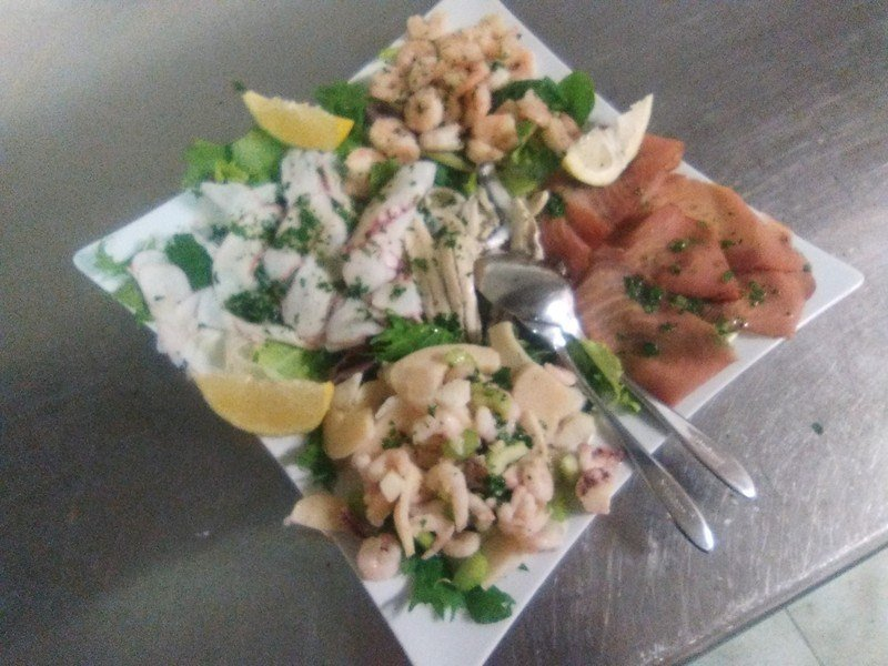 Insalata con salmone affumicato e gamberetti