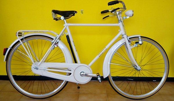 Classica bicicletta di uomo bianca